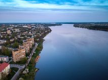Puesta del sol en Riga, Latvija Vista desde arriba al distrito de Kengarags fotografía de archivo