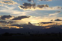Puesta del sol en Rocky Mountains foto de archivo