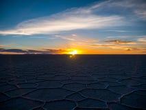 Puesta del sol en Salar de Uyuni Foto de archivo