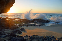 Puesta del sol en salpicar la onda en la playa en Laguna Beach del sur, California de la roca de la tabla Imagen de archivo libre de regalías