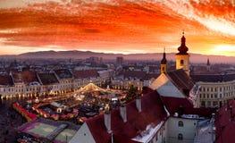 Puesta del sol en Sibiu Transilvania, Rumania, con el mercado de la Navidad visible Fotos de archivo libres de regalías