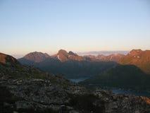 Puesta del sol en Sigerfjord en las islas de Lofoten imagen de archivo