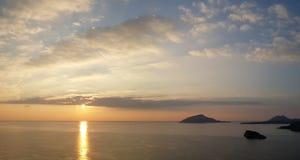Puesta del sol en Sounion, cerca del templo de Poseidon imagen de archivo