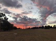 Puesta del sol en suburbio australiano Fotos de archivo libres de regalías