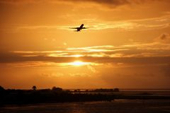 Puesta del sol en Tahití fotografía de archivo libre de regalías