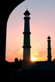 Puesta del sol en Taj Mahal Tomb en Agra, la India Foto de archivo libre de regalías
