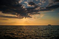 Puesta del sol en Tanjun Aru Imagen de archivo libre de regalías