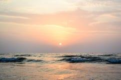 Puesta del sol en tonos rosados y anaranjados tranquilos Imágenes de archivo libres de regalías