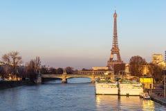 Puesta del sol en torre Eiffel y Pont Rouelle - París, Francia Imágenes de archivo libres de regalías