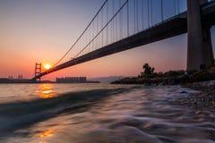 Puesta del sol en Tsing Ma Bridge Fotos de archivo libres de regalías