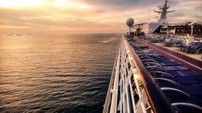 Puesta del sol en un barco de cruceros de lujo foto de archivo libre de regalías