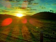 Puesta del sol en un campo de granja Fotografía de archivo