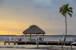 Puesta del sol en un centro turístico tropical Imágenes de archivo libres de regalías