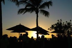 Puesta del sol en un centro turístico tropical Foto de archivo