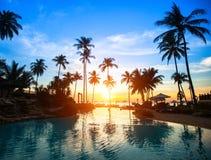 Puesta del sol en un complejo playero en las zonas tropicales Imagen de archivo libre de regalías