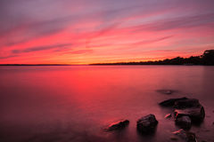 Puesta del sol en un lago fotografía de archivo