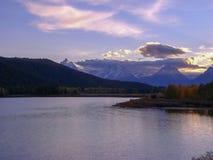 puesta del sol en un lago en las montañas rocosas fotos de archivo libres de regalías