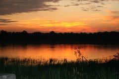 Puesta del sol en un lago oval Fotografía de archivo