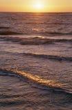 Puesta del sol en un mar Foto de archivo libre de regalías