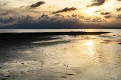 Puesta del sol en un mar tranquilo en el río imagen de archivo