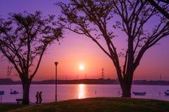 Puesta del sol en un parque imagen de archivo