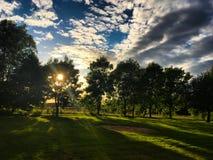Puesta del sol en un pequeño campo de golf Imágenes de archivo libres de regalías