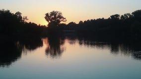 Puesta del sol en un pequeño lago almacen de video