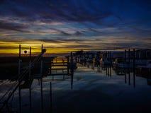 Puesta del sol en un poco puerto de en Retz de Bourgneuf fotos de archivo libres de regalías
