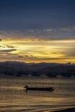 Puesta del sol en un pueblo del ` s de los pescadores en Florianopolis Fotos de archivo