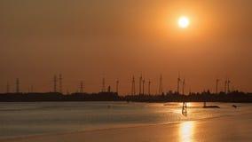 Puesta del sol en un riverbank, puerto de Amberes, Bélgica fotografía de archivo libre de regalías