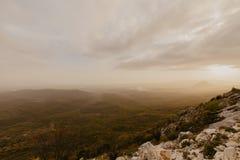 Puesta del sol en un valle de la montaña foto de archivo libre de regalías