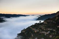 Puesta del sol en un valle de la montaña Nube móvil dramática Desti del viaje imagen de archivo libre de regalías