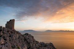 Puesta del sol en una bahía en las horas de oro imágenes de archivo libres de regalías