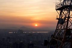Puesta del sol en una ciudad grande Imágenes de archivo libres de regalías