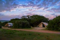 Puesta del sol en una expedición que acampa del safari imagenes de archivo