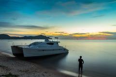 Puesta del sol en una isla tropical Imagenes de archivo