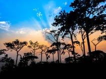 Puesta del sol en una montaña hermosa Fotos de archivo