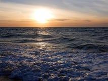 Puesta del sol en una orilla ventosa Fotos de archivo libres de regalías