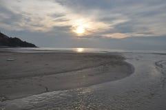 Puesta del sol en una playa Foto de archivo libre de regalías