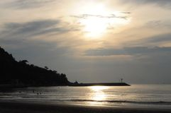 Puesta del sol en una playa Imagenes de archivo