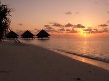 Puesta del sol en una playa Fotos de archivo
