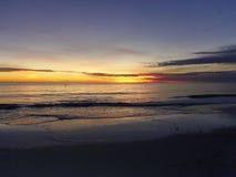 Puesta del sol en una playa fotografía de archivo libre de regalías