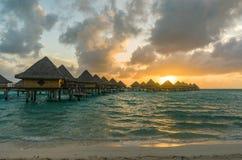 Puesta del sol en una playa en Bora Bora