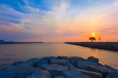 Puesta del sol en una playa en Pattaya, Tailandia Fotografía de archivo libre de regalías
