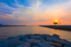 Puesta del sol en una playa en Pattaya, Tailandia Foto de archivo libre de regalías