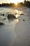 Puesta del sol en una playa tropical Foto de archivo libre de regalías