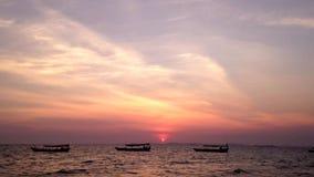 Puesta del sol en una playa tropical metrajes