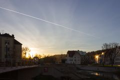 puesta del sol en una tarde de noviembre en una ciudad histórica fotografía de archivo libre de regalías