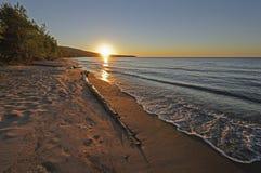 Puesta del sol en una tranquilidad a orillas del lago fotos de archivo