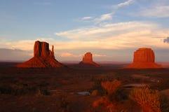 Puesta del sol en valle del monumento Imagenes de archivo
